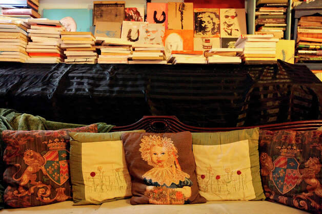 Pillows and books in the home. Photo: Edward A. Ornelas, San Antonio Express-News / © 2012 San Antonio Express-News