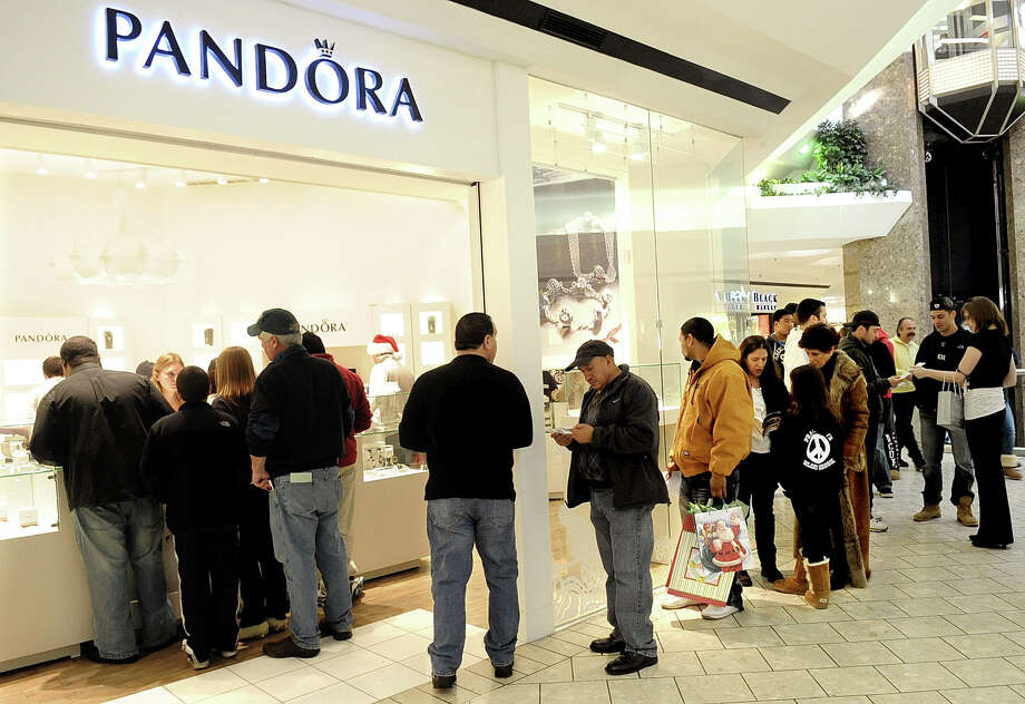 A line of shoppers wait outside Pandora at Stamford Town Center in Stamford on Christmas Eve, Saturday, December 24, 2011. Mall vacancies are on the decline as the economy recovers, a report by Reis showed. Photo: Lindsay Niegelberg / Stamford Advocate
