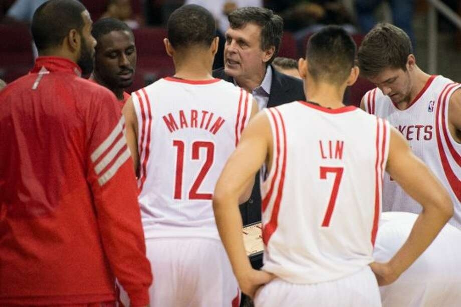 Rockets coach Kevin McHale discusses strategy with his team.  (Smiley N. Pool / © 2012  Houston Chronicle)