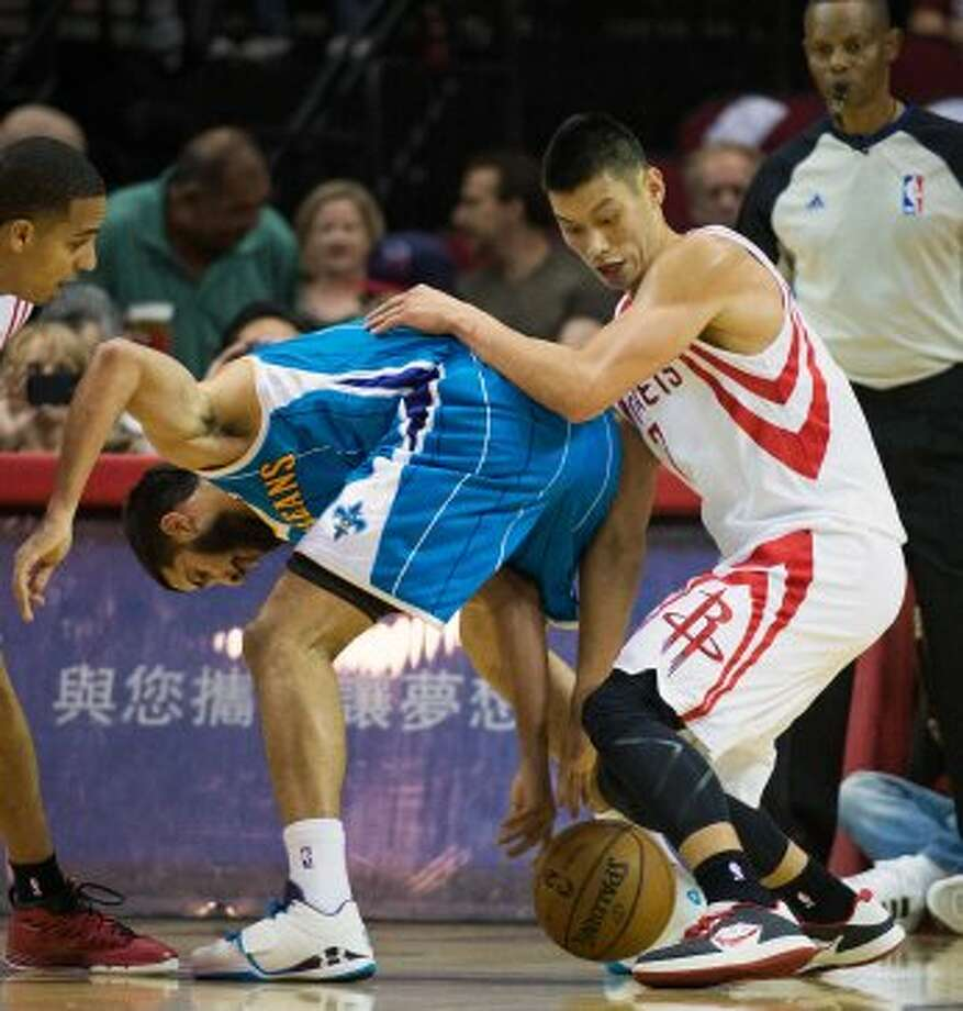 Jeremy Lin fights for a loose ball against Hornets guard Greivis Vasquez during the first half. (Smiley N. Pool / © 2012  Houston Chronicle)
