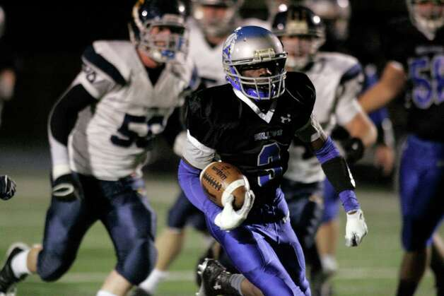 Terrence N'Dabian of Bunnell High School races upfield for a second quarter score against Weston High School during gridiron action against visiting Weston in Stratford on Friday evening. Photo: J. Gregory Raymond / Stamford Advocate Freelance;  © J. Gregory Raymond