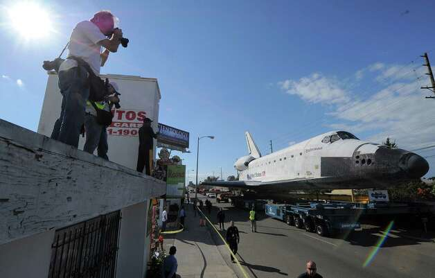 The US Space Shuttle Endeavour is moved from Westchester Square to Randy's Donuts. Photo: Joe Klamar / AFP/Getty Images