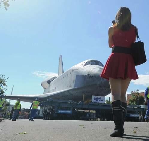 Space Shuttle Endeavour is seen en route from Westchester square to Randy's Donuts. Photo: Joe Klamar / AFP/Getty Images