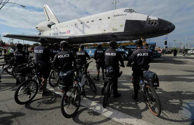 The US Space Shuttle Endeavour is moved. Photo: Joe Klamar / AFP/Getty Images