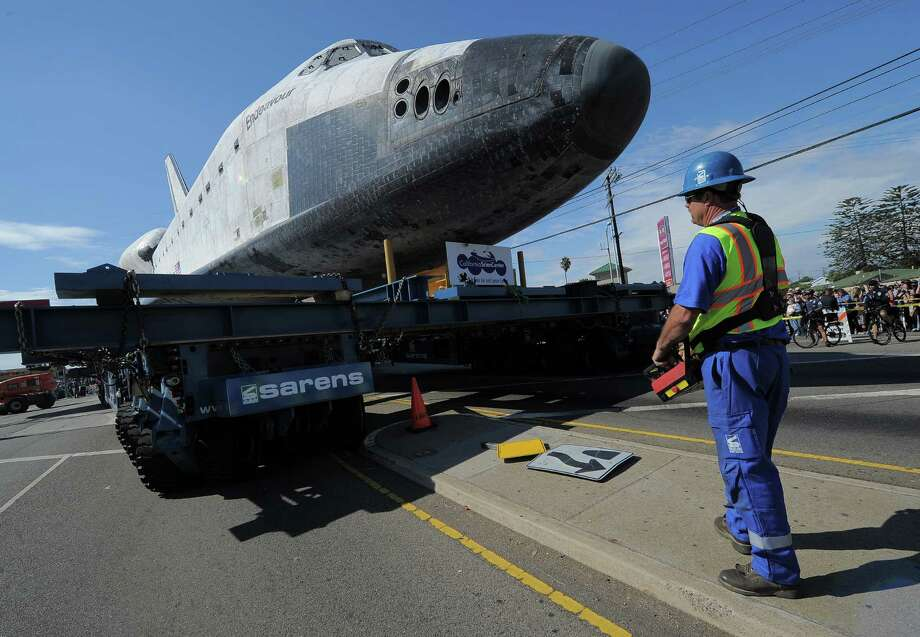 The Space Shuttle Endeavour is transported through the streets of Los Angeles. Photo: Joe Klamar / AFP/Getty Images