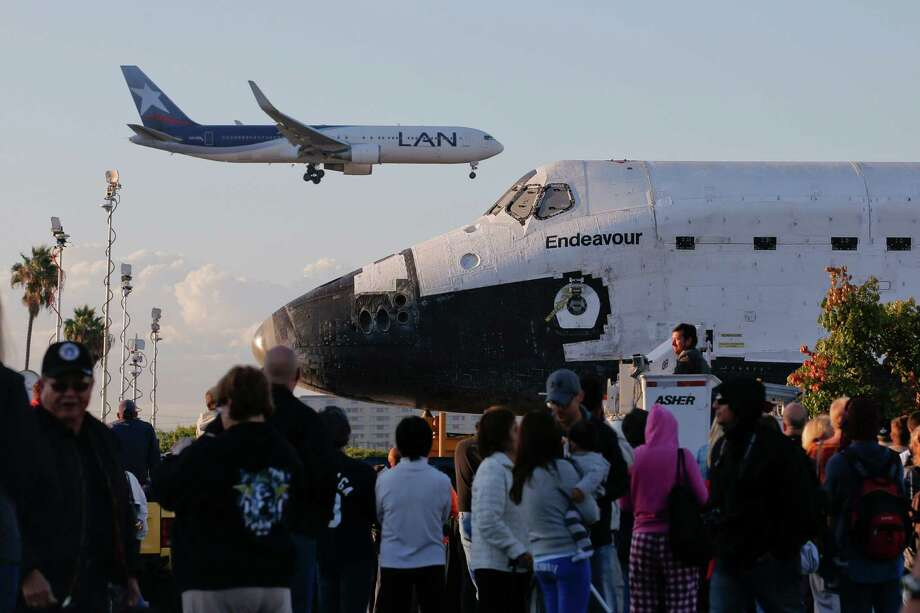 Spectators gather to watch the space shuttle Endeavour near Los Angeles Internal Airport. Photo: Jae C. Hong / Associated Press