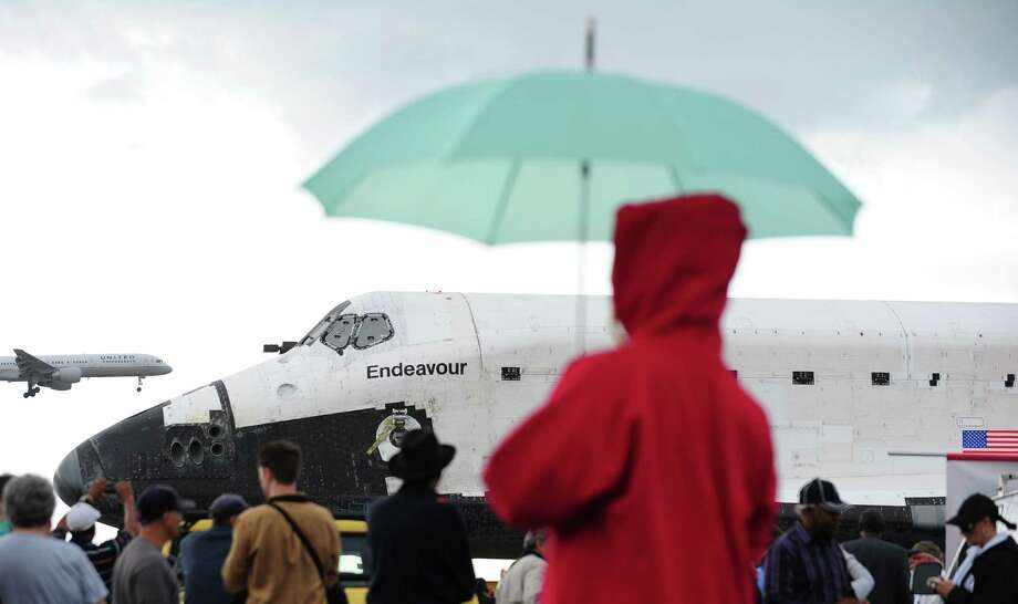 People gather for a closer view of US space shuttle Endeavour. Photo: Frederic J. Brown / AFP/Getty Images