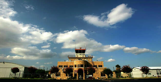 The Stinson Municipal Airport control tower and terminal building is seen June 20, 2006. Photo: William Luther, San Antonio Express-News /  © San Antonio Express-News