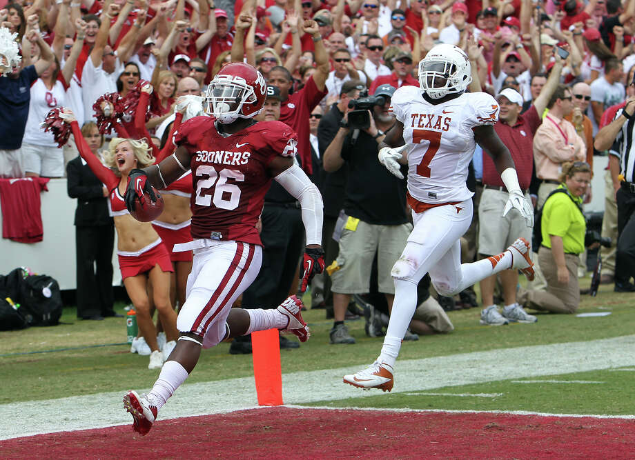 Oklahoma Sooners' Damien Williams (26) sprints in for a touchdown against Texas Longhorns' Demarco Cobbs (07) in the first half at the Red River Rivalry at the Cotton Bowl in Dallas on Saturday, Oct. 13, 2012. Photo: Kin Man Hui, Express-News / © 2012 San Antonio Express-News