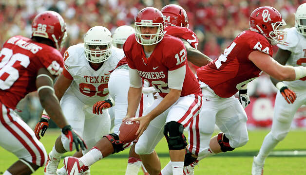 Landry Jones pitches to a running back as UT plays Oklahoma in the Red River Rivalry at the Cotton Bowl on October 13, 2012. Photo: Tom Reel, Express-News / ©2012 San Antono Express-News