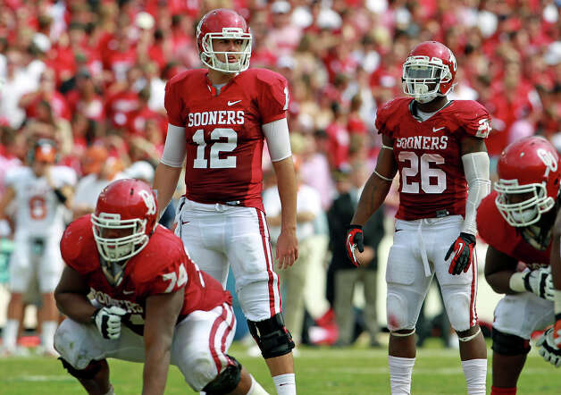 Landry Jones runs the Sooner offense as UT plays Oklahoma in the Red River Rivalry at the Cotton Bowl on October 13, 2012. Photo: Tom Reel, Express-News / ©2012 San Antono Express-News