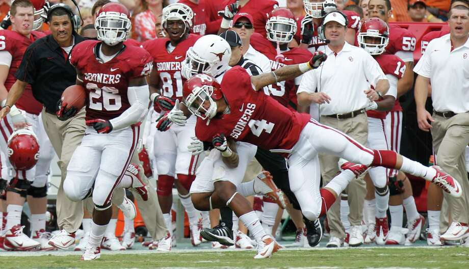 Oklahoma running back Damien Williams (26) breaks away for a touchdown run as teammate Kenny Stills (4) blocks Texas cornerback Quandre Diggs during the first half of an NCAA college football game at the Cotton Bowl Saturday, Oct. 13, 2012, in Dallas. Oklahoma  won 63-21.  (AP Photo/LM Otero) Photo: LM Otero, Associated Press / AP