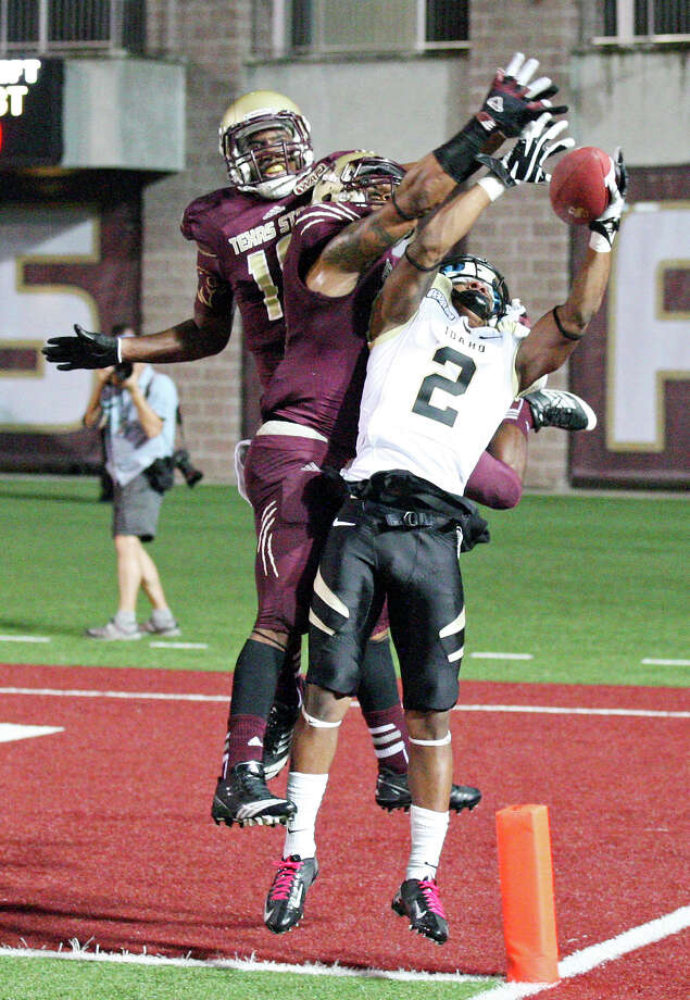 Idaho Vandals' Najee Lovett goes up for a pass as he is defended by Texas State Bobcats' Xavier Daniels (left) and Texas State Bobcats' Darryl Morris Jr. during first half action Saturday Oct. 13, 2012 at Bobcat Stadium in San Marcos, Tx. The pass was incomplete. Photo: Edward A. Ornelas, Express-News / © 2012 San Antonio Express-News
