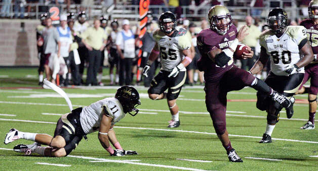 Texas State Bobcats' Marcus Curry heads to the end zone for a touchdown around Idaho Vandals' Bradley Njoku during second half action Saturday Oct. 13, 2012 at Bobcat Stadium in San Marcos, Tx. Texas State won 38-7. Photo: Edward A. Ornelas, Express-News / © 2012 San Antonio Express-News