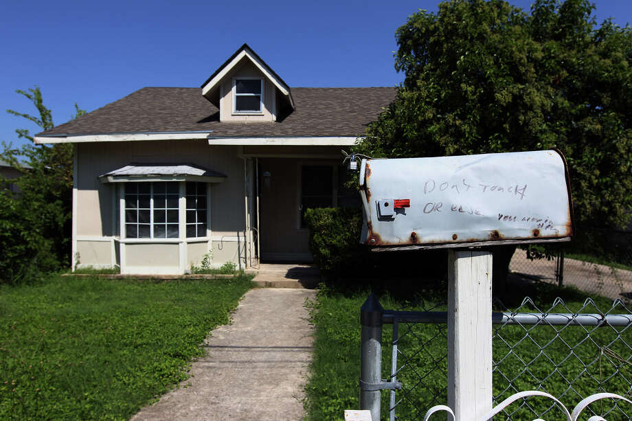 An exterior view of a boarding home on Pasadena Street. Photo: Kin Man Hui, San Antonio Express-News / ©2012 San Antonio Express-News