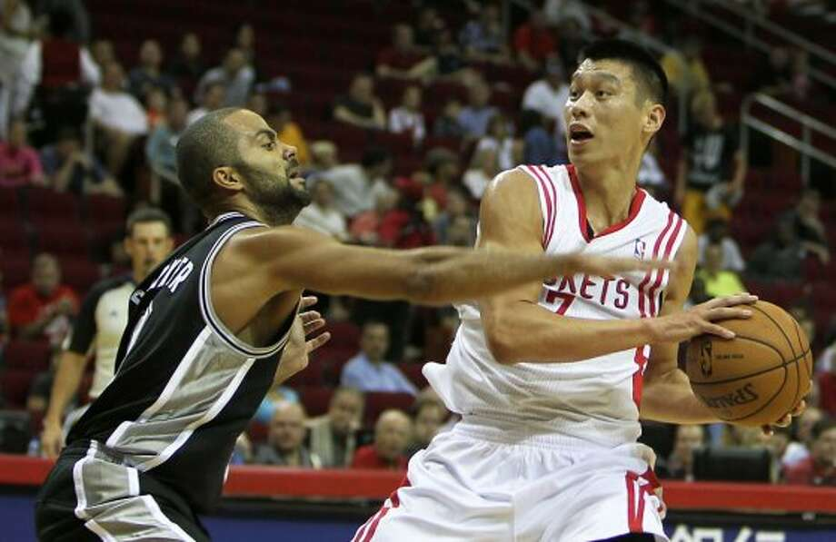 Spurs guard Tony Parker plays some pesky defense on Rockets guard Jeremy Lin. (James Nielsen / © Houston Chronicle 2012)