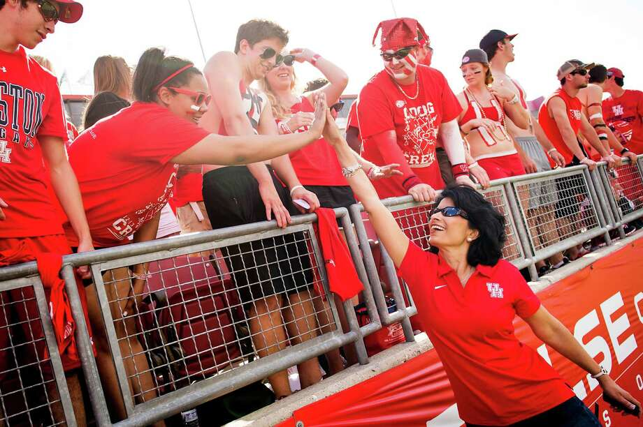 The football team may not be ranked this year, but at least University of Houston chancellor Renu Khator and students can still high-five over one national rating. Photo: Smiley N. Pool, Houston Chronicle / © 2012  Houston Chronicle