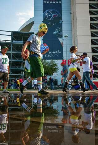 Robert Dahlman, of Seabrook, a Green Bay Packers fan walks with friends to tailgate before the Houston Texans game. Photo: Nick De La Torre, Staff / © 2012  Houston Chronicle