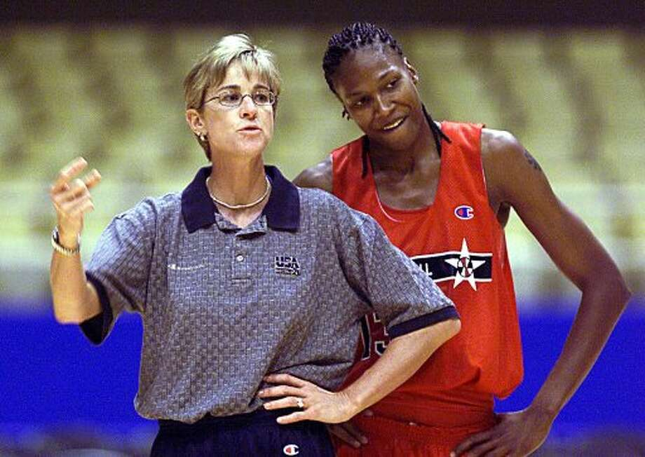 SPTS/DAILY/ USa team practice: USA Olympic Women's basketbal coach Nell Fortner talks with teammates as Yolanda Griffith looks on during practice Aug21, 2000. STAFF PHOTO BY DELCIA LOPEZ (SAN ANTONIO EXPRESS-NEWS)