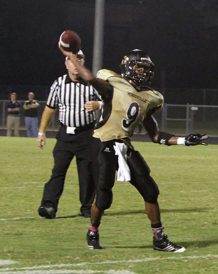 Woodville'd Dominique Lockhart unleashes a pass during the Eagles' win over Anahuac. Photo: Charles Kerr