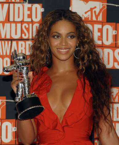 "Beyonce holds her ""Video of the Year"" award in the press room at the MTV Video Music Awards on Sunday, Sept. 13, 2009 in New York.  (AP Photo/Peter Kramer) Photo: Peter Kramer, FRE / KRAPE"