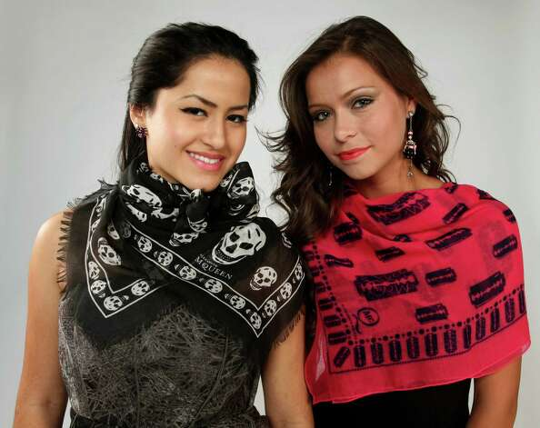 San Antonians get creative with scarves. Photo: Juanito M. Garza, San Antonio Express-News / San Antonio Express-News