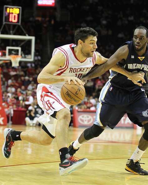 Houston's Carlos Delfino (10) drives against Memphis' Quincy Pondexter (20) during the second half o