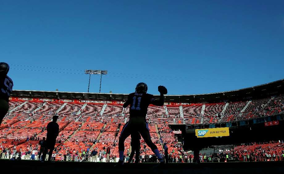 San Francisco 49ers quarterback Alex Smith (11) warms up before an NFL football game against the Seattle Seahawks in San Francisco, Thursday, Oct. 18, 2012. Photo: Marcio Jose Sanchez, Associated Press / AP