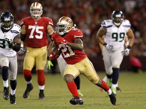 Frank Gore runs the ball for a first down in the third quarter. The San Francisco 49ers took on the Seattle Seahawks on Thursday, October 18, 2012. Photo: Sean Culligan, SFC