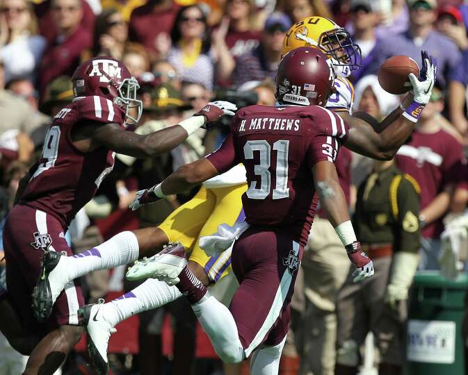 LSU receiver Kadron Boone (86) gets behind Texas A&M defenders Deshazor Everett (29) and Howard Matt