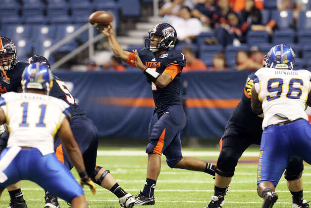UTSA quarterback Ryan Polite (07) makes a throw against San Jose State in the second half at the Alamodome on Saturday, Oct. 20, 2012. Photo: Kin Man Hui, Express-News / © 2012 San Antonio Express-News