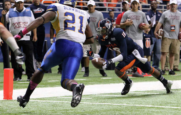 UTSA's Kenny Harrison (18) dives for a touchdown against San Jose State's Ben� Benwikere (21) in the second half at the Alamodome on Saturday, Oct. 20, 2012. UTSA lost to San Jose, 52-24. Photo: Kin Man Hui, Express-News / © 2012 San Antonio Express-News