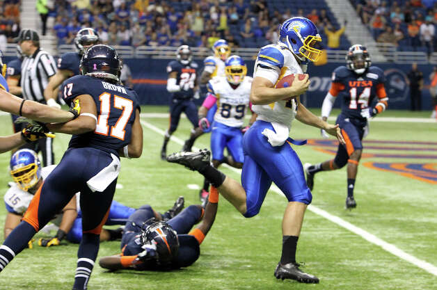 San Jose State quarterback David Fales runs in for a touchdown against UTSA in the first half at the Alamodome on Saturday, Oct. 20, 2012. Photo: Kin Man Hui, Express-News / © 2012 San Antonio Express-News