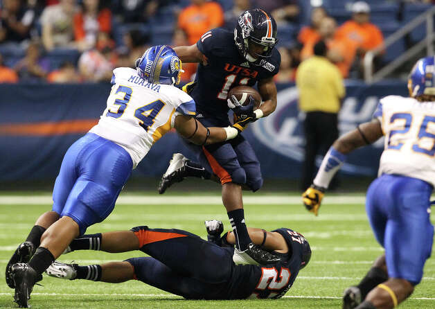 UTSA's David Glasco, II (11) leaps over teammate Nate Shaw (27) as San Jose State's Derek Muaava (34) closes in for a tackle in the first half at the Alamodome on Saturday, Oct. 20, 2012. Photo: Kin Man Hui, Express-News / © 2012 San Antonio Express-News