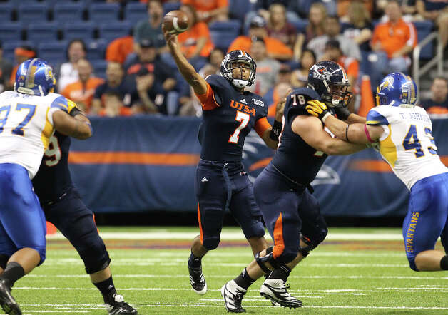UTSA quarterback Ryan Polite (07) attempts a pass against San Jose State in the first half at the Alamodome on Saturday, Oct. 20, 2012. Photo: Kin Man Hui, Express-News / © 2012 San Antonio Express-News