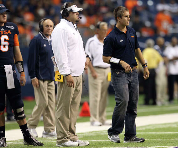 UTSA quarterback Eric Soza helps out with the play calling despite being sidelined with an injury in the game against San Jose State at the Alamodome on Saturday, Oct. 20, 2012. Photo: Kin Man Hui, Express-News / © 2012 San Antonio Express-News