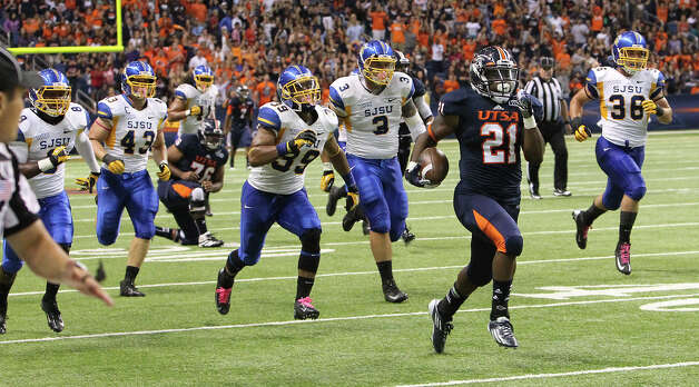 UTSA's Evans Okotcha (21) sprints to a 69-yard touchdown against San Jose State in the first half at the Alamodome on Saturday, Oct. 20, 2012. Photo: Kin Man Hui, Express-News / © 2012 San Antonio Express-News
