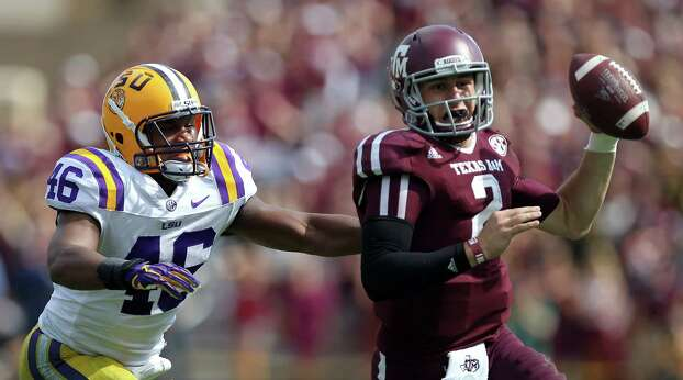 LSU linebacker Kevin Minter, forces Texas A&M quarterback Johnny Manziel to scramble and throw an incomplete pass during the fourth quarter of a NCAA football game, Saturday, Oct. 20, 2012, in College Station. LSU won 24-19. Photo: Nick De La Torre, Houston Chronicle / © 2012  Houston Chronicle