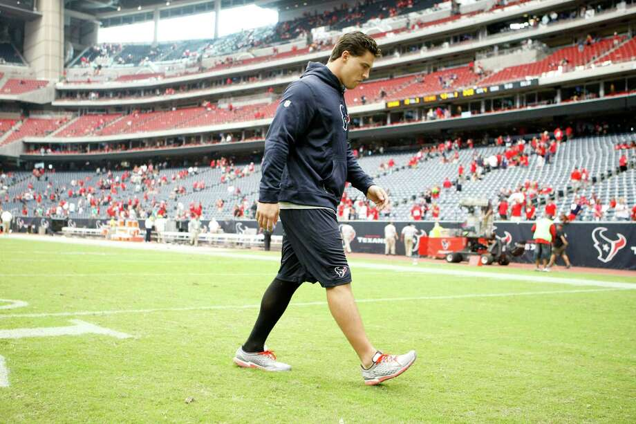 Injured Houston Texans inside linebacker Brian Cushing walks off the field after he Texans beat the Baltimore Ravens 43-23, Sunday, Oct. 21, 2012, at Reliant Stadium in Houston. Photo: Nick De La Torre, Houston Chronicle / © 2012  Houston Chronicle