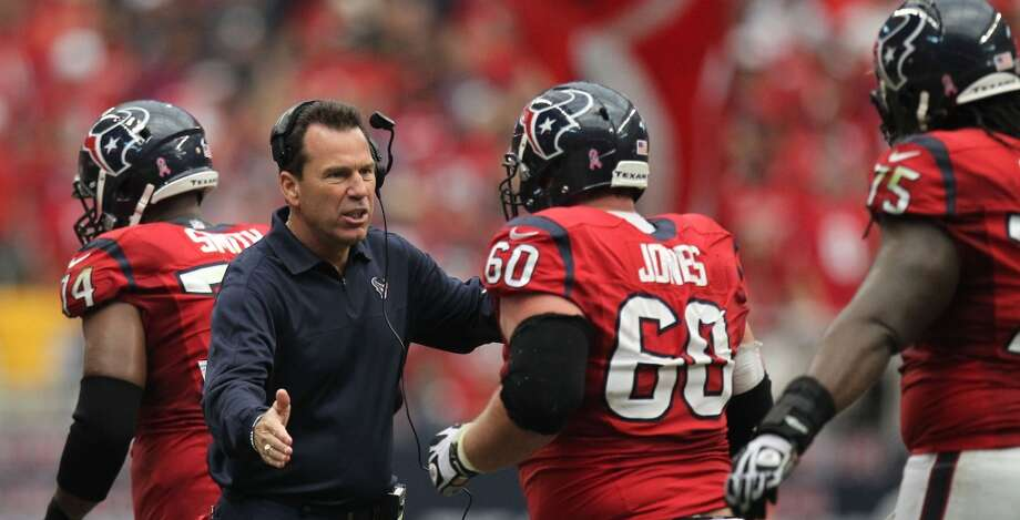 Texans head coach Gary Kubiak congratulates the offensive line after a Texans touchdown during the third quarter. (Nick de la Torre / Houston Chronicle)