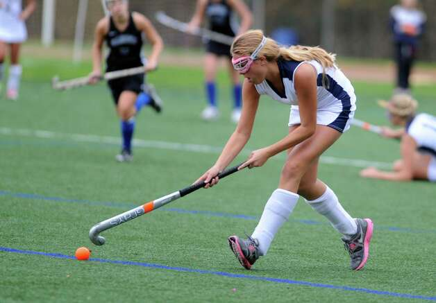 Staples' Noortje Lueb controls the ball during their field hockey game against Darien at Staples High School in Westport. Photo: Autumn Driscoll / Connecticut Post