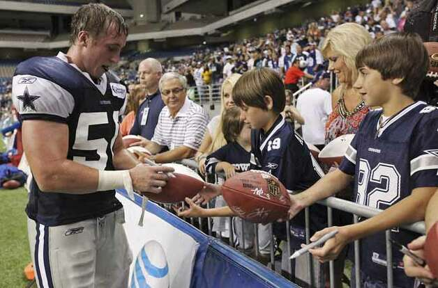 FOR SPORTS - Dallas Cowboys' Sean Lee signs autographs after morning practice at Cowboys Training Camp Sunday July 25, 2010 at the Alamodome. (PHOTO BY EDWARD A. ORNELAS/eaornelas@express-news.net) Photo: EDWARD A. ORNELAS, SAN ANTONIO EXPRESS-NEWS / eaornelas@express-news.net