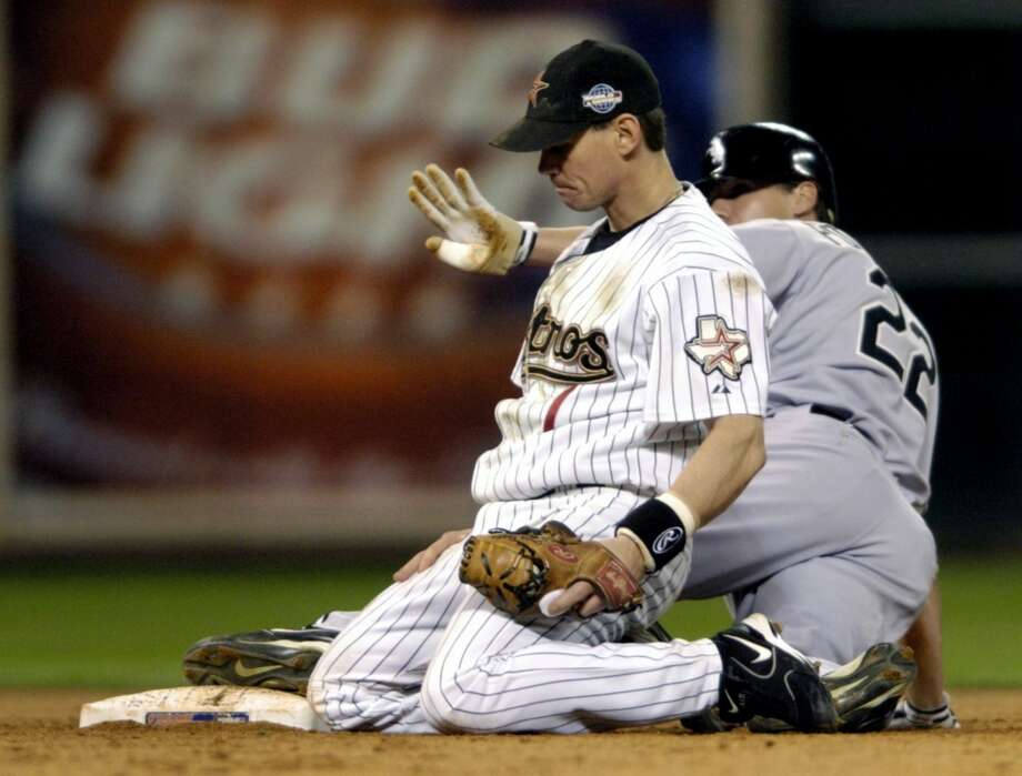 Craig Biggio (left) looks on as Chicago's Scott Podsednik steals second base safely in the 11th inning of Game 3. (Melissa Phillip / Chronicle)