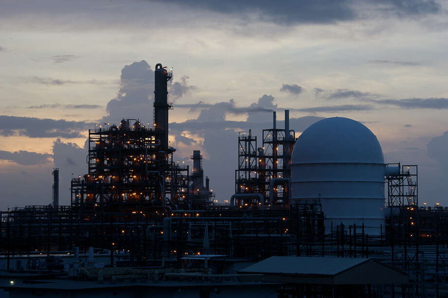 Dow Chemical Co. is expanding its operations in Freeport. Fluor Corp. will construct Dow's planned  $1.7 billion ethylene production plant, along with other projects. / New