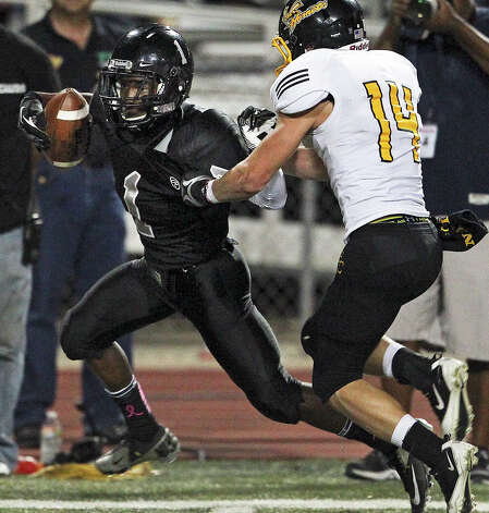 Knight running back Jaylen Harris nearly breaks loose on a long catch against Russell Brown as Steele hosts East Central at Lehnhoff Stadium on October 25, 2012. Photo: Tom Reel, Express-News / ©2012 San Antono Express-News