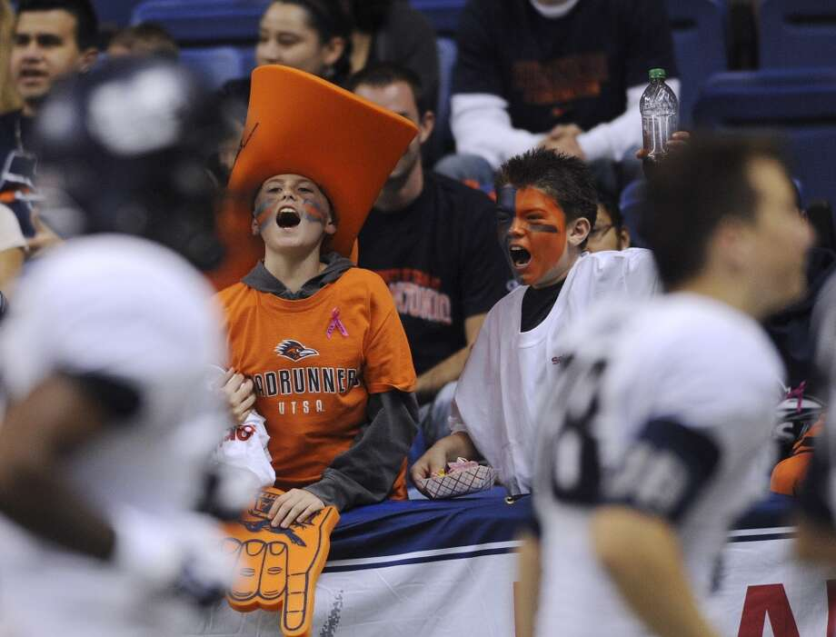 Young UTSA fans scream at Utah State players as they run to the locker room at halftime at the Alamodome on Saturday, Oct. 27, 2012. (San Antonio Express-News)