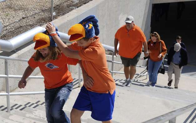 Fan arrive at the Alamodome for the Utah State at UTSA game on Saturday, Oct. 27, 2012. (San Antonio Express-News)