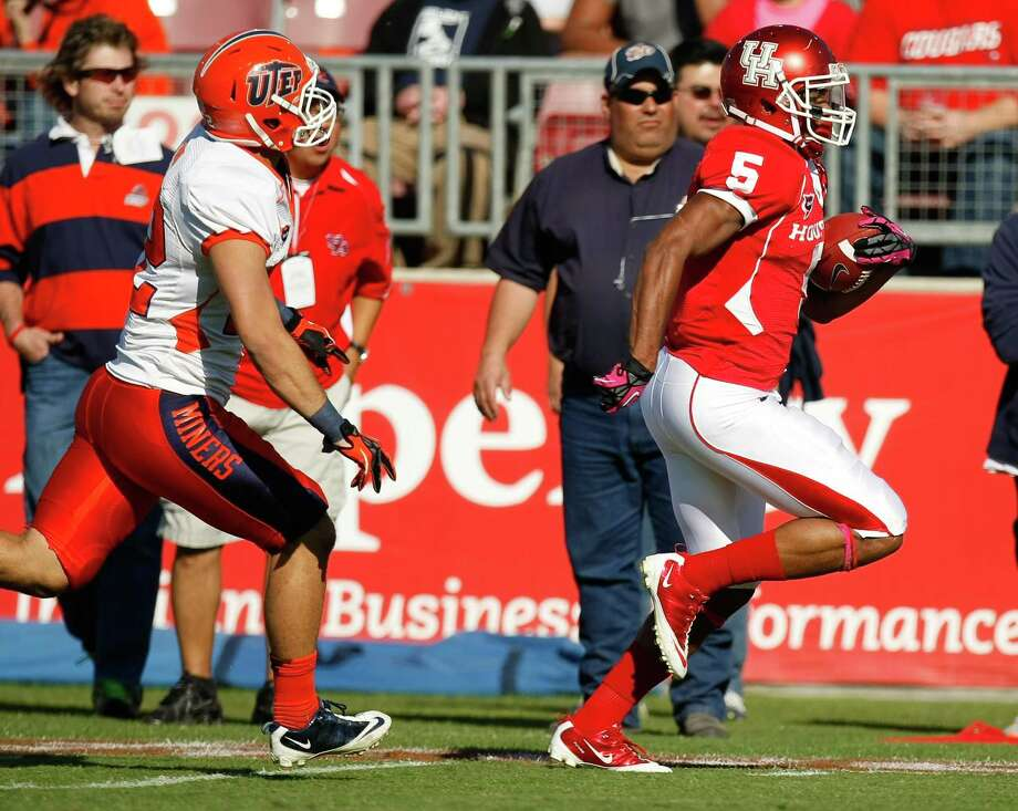 UTEP defensive back Shane Huhn (22) can't catch Houston running back Charles Sims (5) as Sims runs away for a touchdown during the first quarter of a NCAA football game, Saturday, Oct. 27, 2012, in Robertson Stadium in Houston.  ( Nick de la Torre / Houston Chronicle ) \ Photo: Nick De La Torre, Houston Chronicle / Houston Chronicle