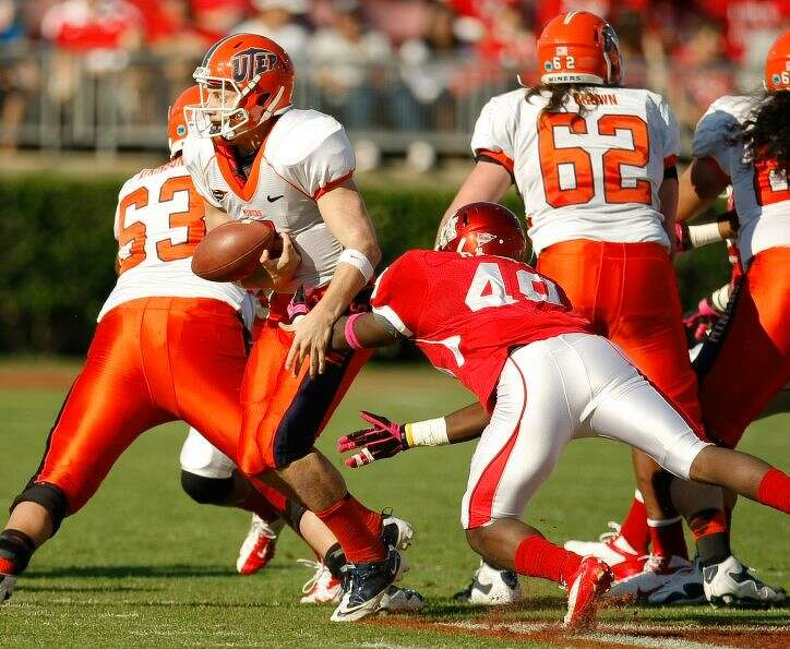 Houston linebacker Derrick Mathews (49) forces UTEP quarterback Nick Lamaison (7) to fumble the ball