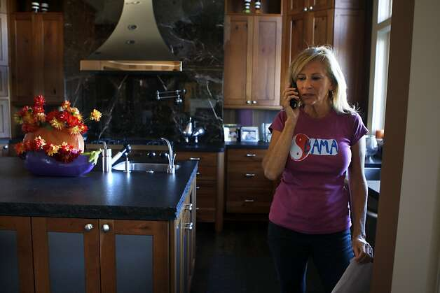 Obama campaign volunteer Kay Edelman talking on the phone in her kitchen in San Francisco, Calif.,  on Thursday, October 25, 2012. Photo: Liz Hafalia, The Chronicle